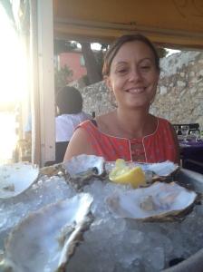 Oui, papa et maman, après avoir vu Johnny, je mange maintenant des huîtres. Ne me reniez pas.